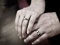 Photo closeup of wedding rings on bride and groom